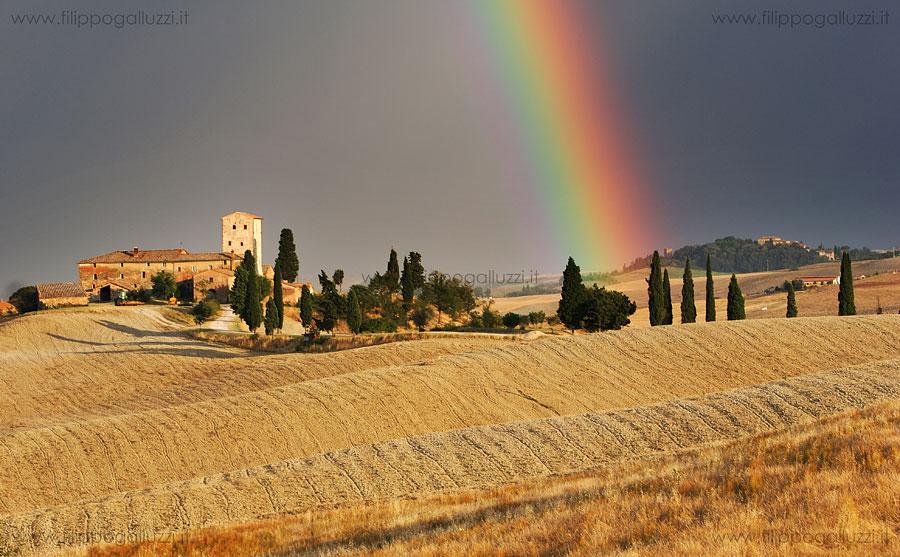 fotografia arcobaleno sulle crete senesi, ville di Corsano