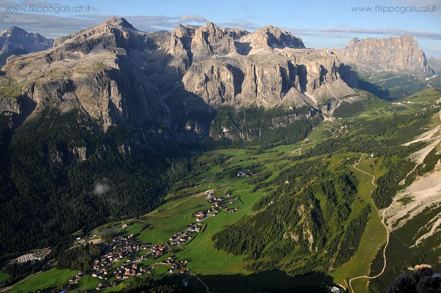 Dolomiti,Val Badia,Vista su Colfosco e sul Gruppo di Sella Dal monte Sassongher