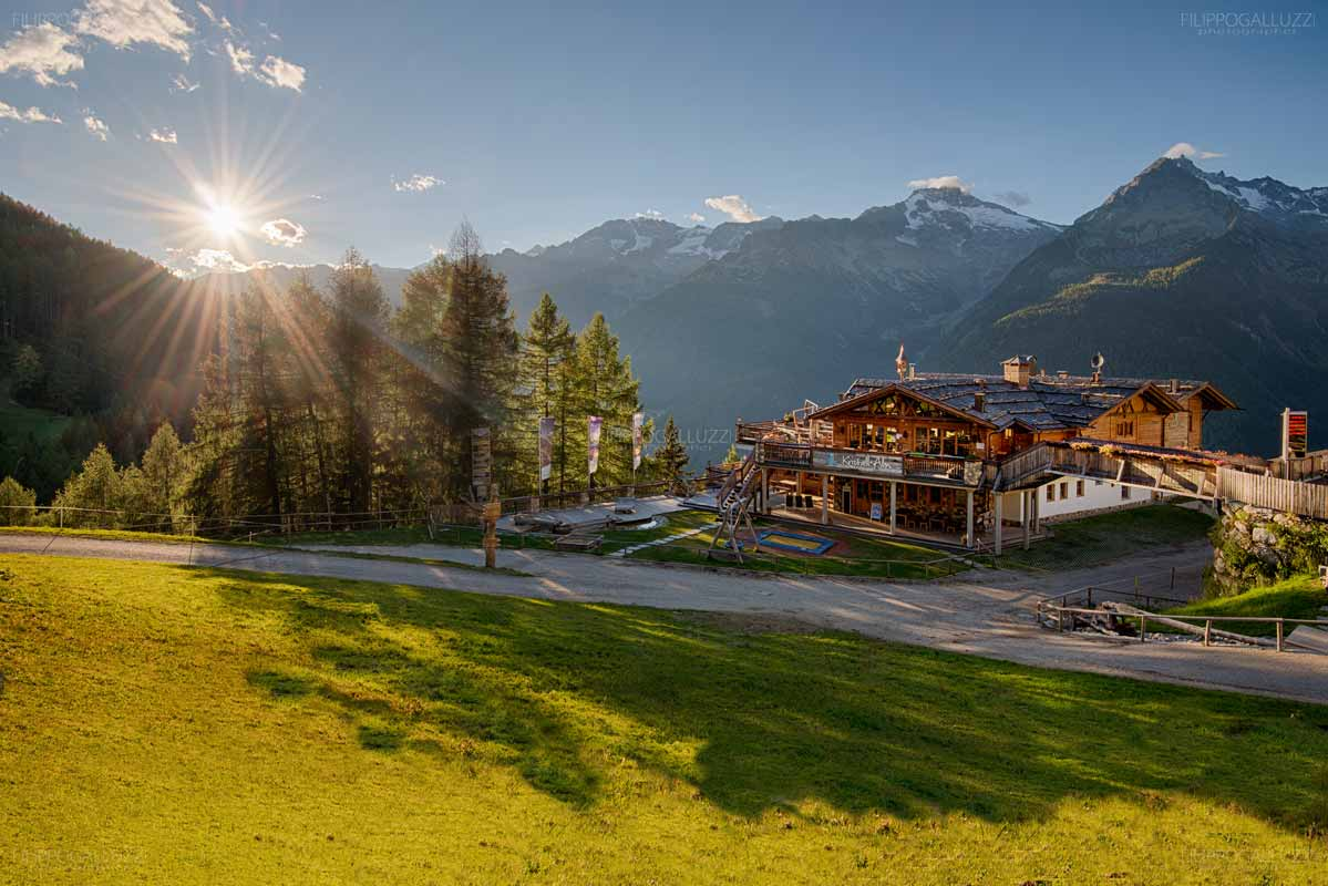 Tramonto sul rifugio Kristall-alm, valle Aurina skiarena Klausberg