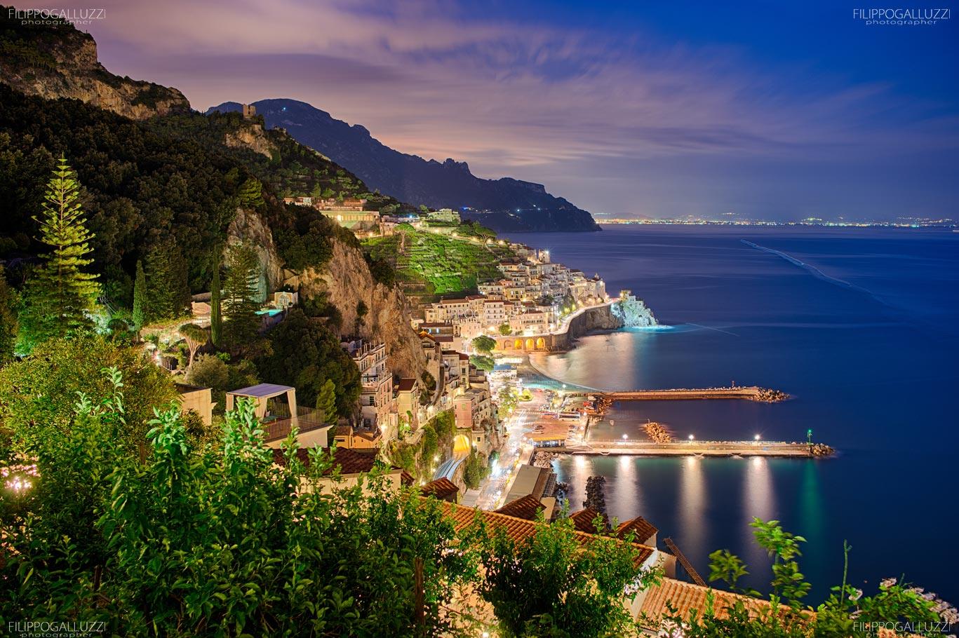 Vista notturna su Amalfi