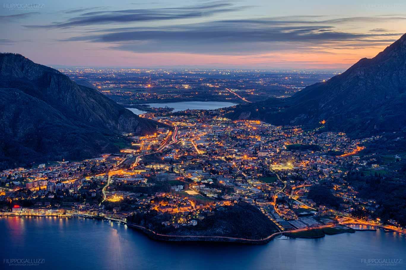 Vista notturna su Lecco e il Lago di Como