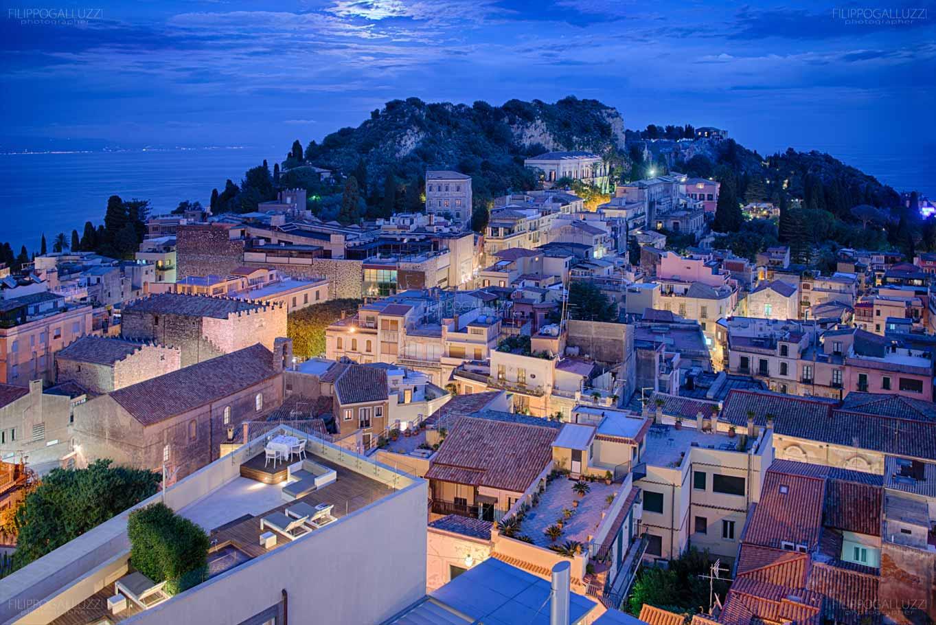 Sicilia, vista notturna su Taormina