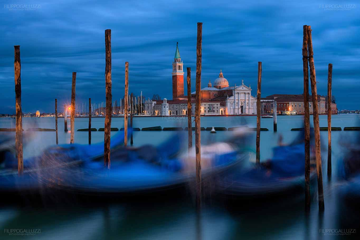 Venezia, gondole sullo sfondo di San Giorgio Maggiore